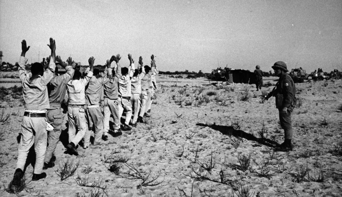 Egyptian prisoners and Israeli soldiers in the Sinai during the Six-Day War in June 1967 in Egypt. Fondation Gilles CARON/Gamma-Rapho via Getty Images.