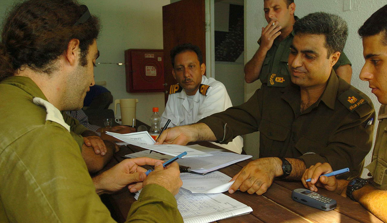 Israeli and Palestinian officers hold a field situation assessment in preparation for Israel's 2005 Gaza disengagement. IDF.