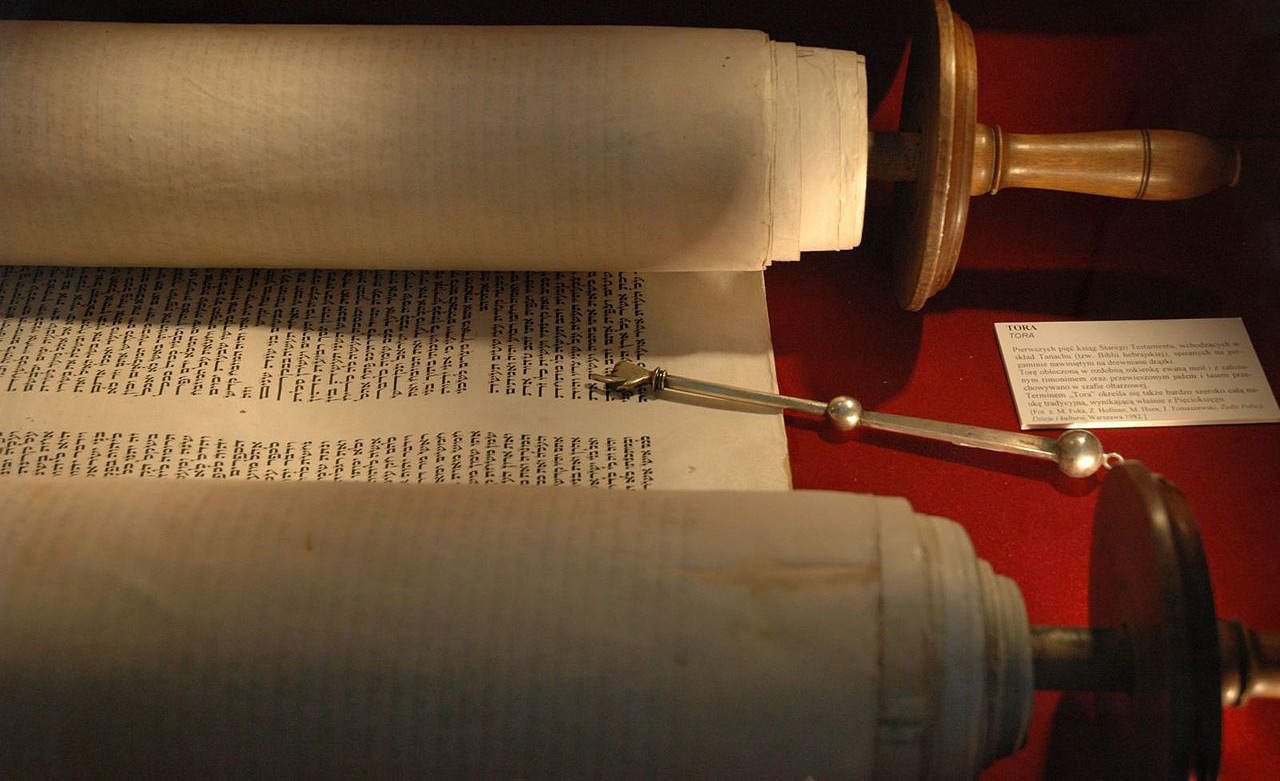 A torah and yad in the museum of theWłodawa Synagogue in Warsaw, Poland. Wikipedia.