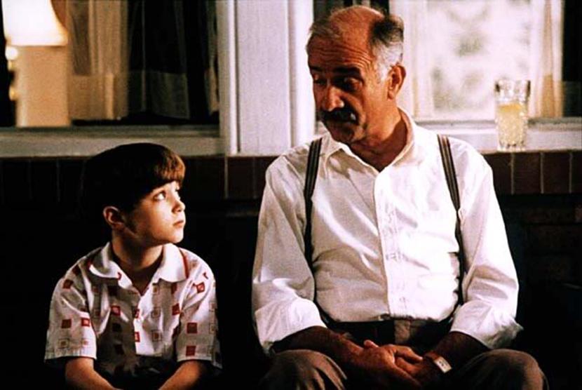 A Jewish grandfather and grandchild in the 1990 filmAvalon.