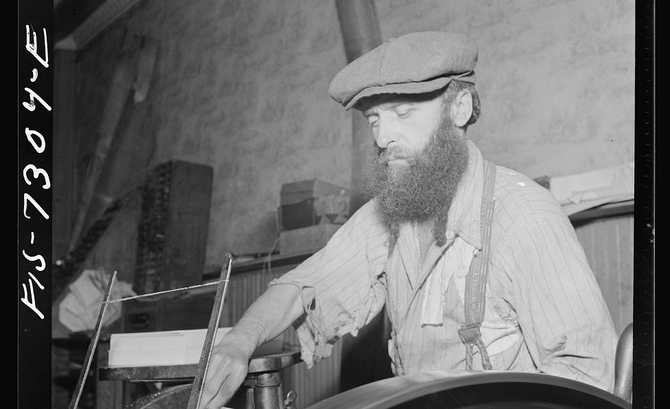 AJewish printer in a small shop on Broome Street on New York'sLower East Side in 1942. MarjoryCollins,Library of Congress.