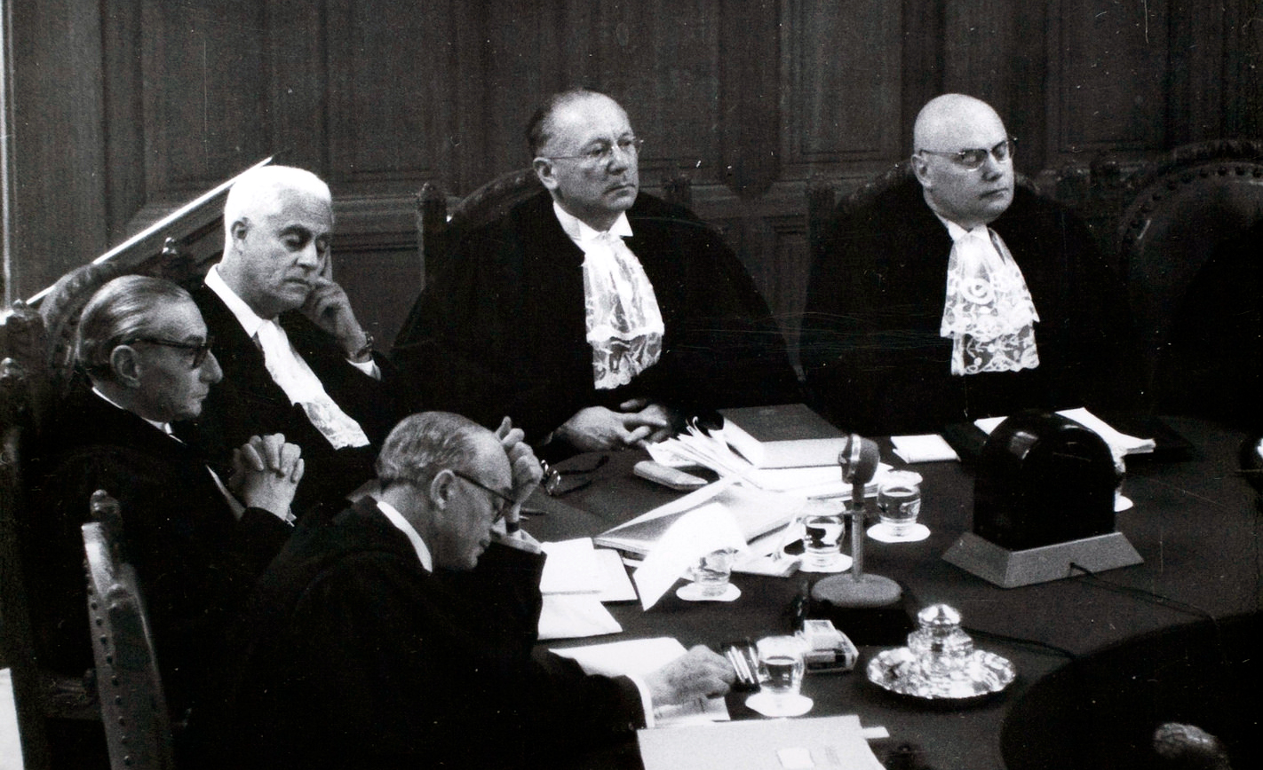 Sir Hersch Lauterpacht, back center, in the International Court of Justice. Flickr/Cambridge Law.
