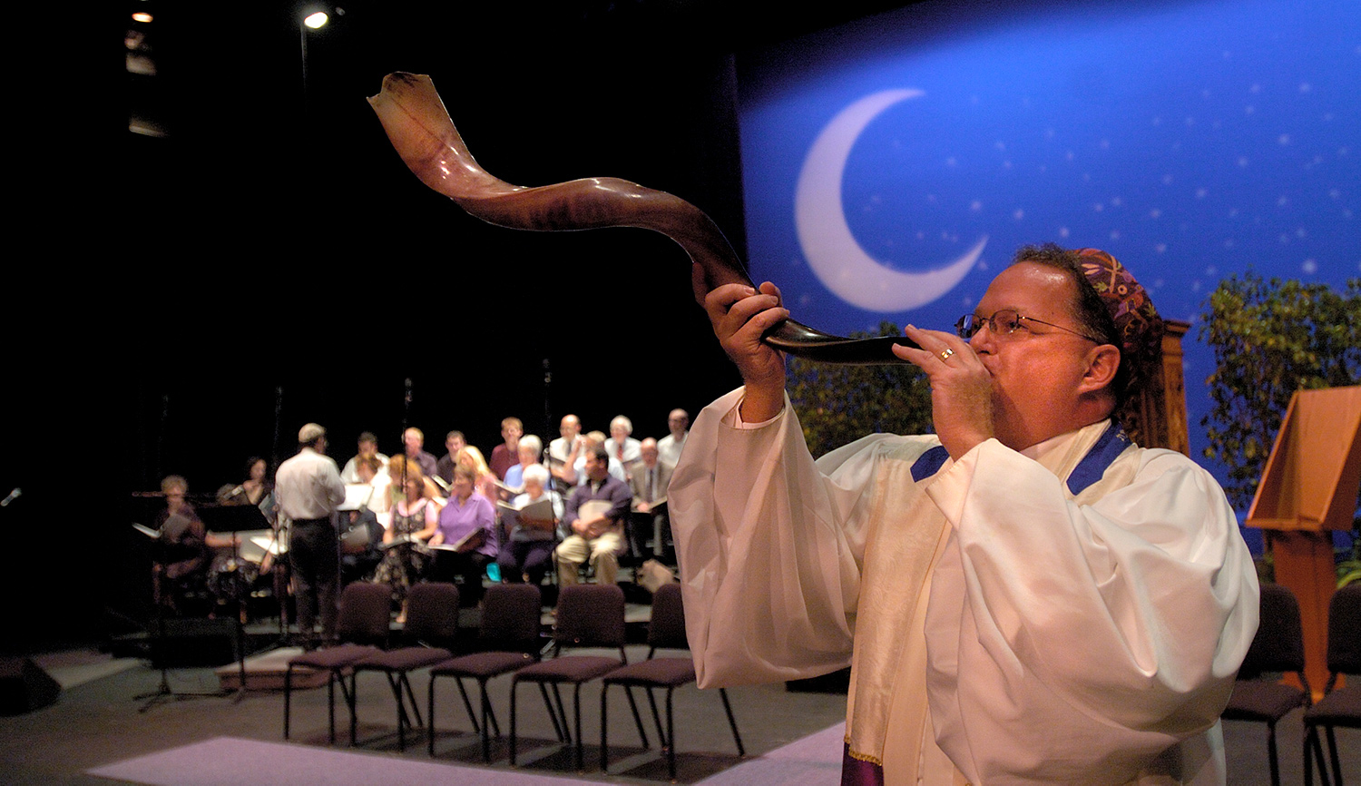A rabbi practices blowing the shofar before the start of Rosh Hashanah services. Getty.