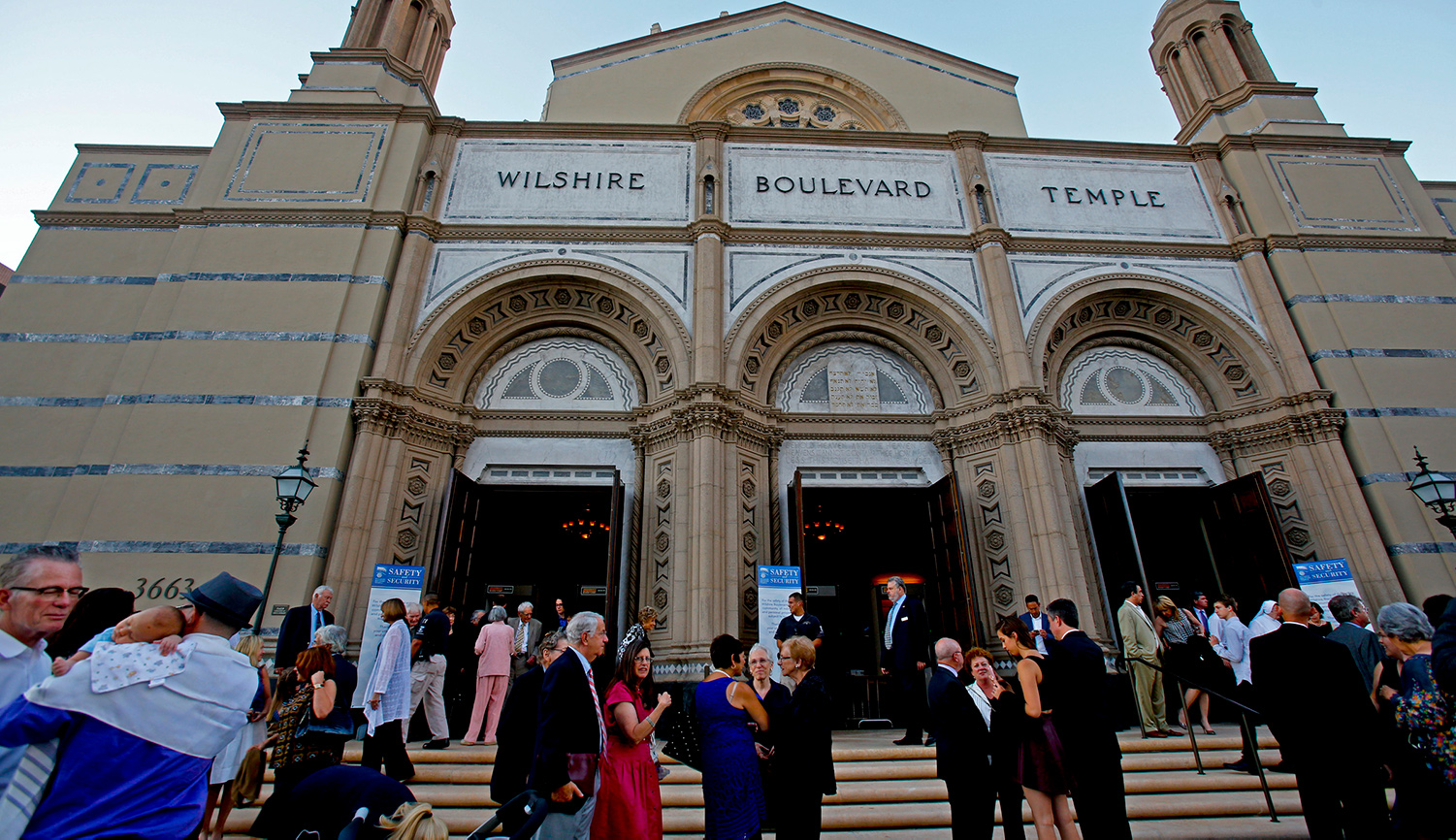 Congregants outside Wilshire Boulevard Temple in Los Angeles. Anne Cusack/Los Angeles Times via Getty Images.