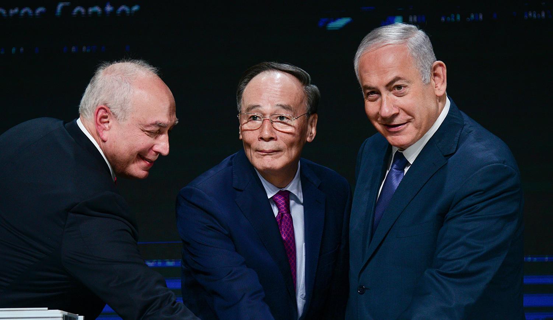 Chemi Peres, Wang Qishan, vice president of China, and Benjamin Netanyahu in Tel Aviv on October 25, 2018. Tomer Neuberg/Flash90.