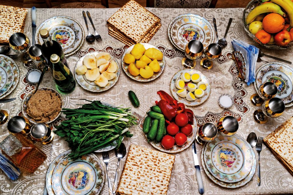 The Passover seder table of a government official in Azerbaijan on March 25, 2013. Photo by Reza/Getty Images.