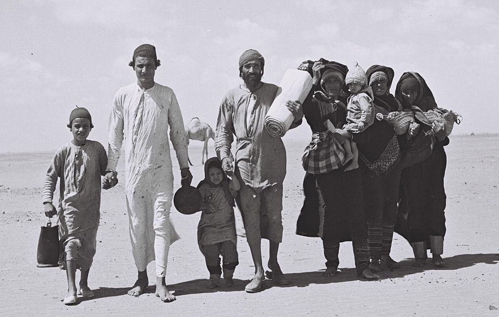 <em>Yemenite Jews walking to Aden, the site of a transit camp, ahead of their emigration to Israel in 1949.</em> Zoltan Kluger/Government Press Office.